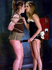 Maitresse Madeline vs Bronte