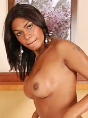 Black shemale hottie exposes her awesome body