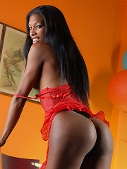 Chocolate transsexual posing her sweet booty