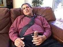 Cock-rubbing hunk pleases himself