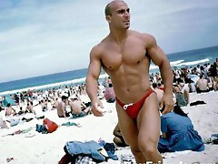 Sexy amatuer guys flaunt their masculine bodies at the beach